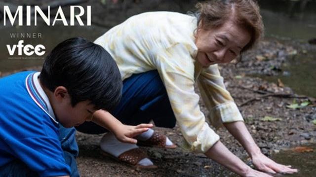 미나리 윤여정이 사우스이스턴, 캐나다 밴쿠버 비평가협회 여우조연상 트로피를 추가했다. 그는 극 중 딸을 위해 미국으로 떠난 할머니 순자 역을 맡았다. /밴쿠버 비평가협회 제공