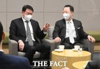 의원총회 전 환담하는 최태원-박용만 [포토]
