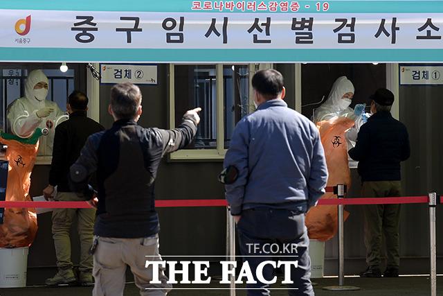 신종 코로나바이러스 감염증(코로나19) 백신 접종을 이틀 앞둔 24일 오후 서울 중구 서울역 광장에 마련된 임시선별검사소에서 시민들이 코로나19 검사를 받고 있다. /이선화 기자