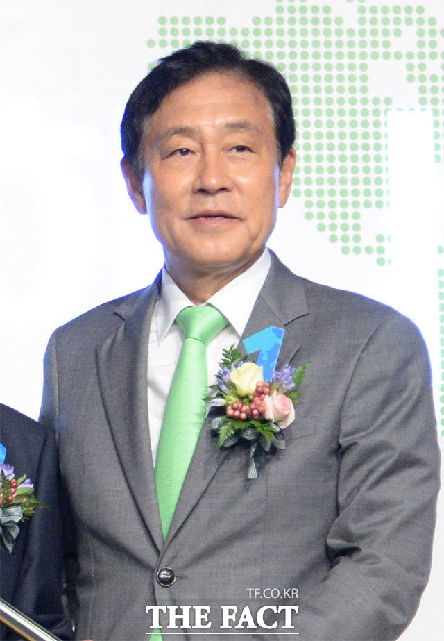 '1년 더' 김정태 하나금융 회장, '후계 경쟁에 조직 안정' 과제 ..