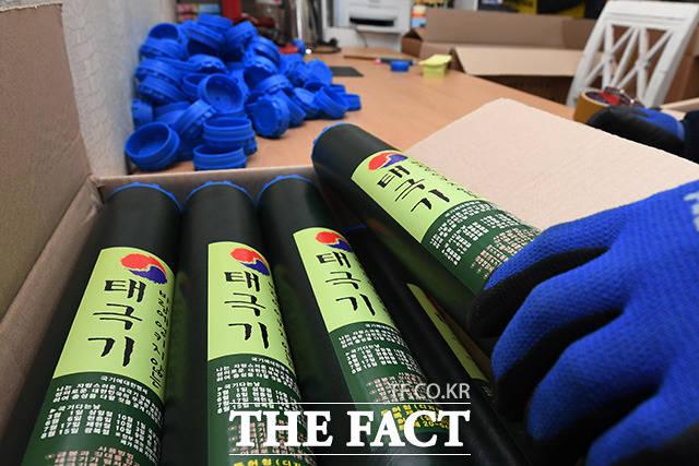 태극기 작업은 끝! 이렇게 수작업으로 하루에 완성하는 태극기는 300~400개 정도다.