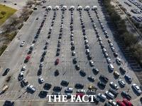 美 한파 재난 텍사스, 코로나19 백신 접종 몰린 차량 [TF사진관]