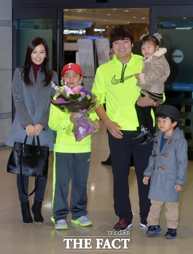텍사스 레인저스와 7년 1억3000만 달러(약 1500억 원)의 대형 계약을 체결한 추신수가 2013년 12월 30일 가족과 함께 인천국제공항으로 귀국하고 있다.