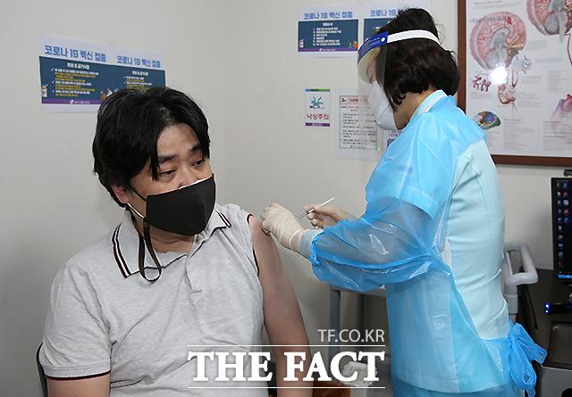 26일 충북 청주시 흥덕구에서 청주 1호 접종자인 씨엔씨재활요양병원 이지용 원장이 아스트라제네카(AZ) 백신을 맞고 있다.