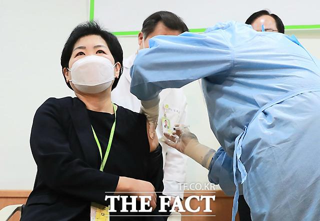 26일 광주 광산구 광주보훈요양원에서 고숙 원장이 코로나19 백신 예방접종을 맞고 있다.