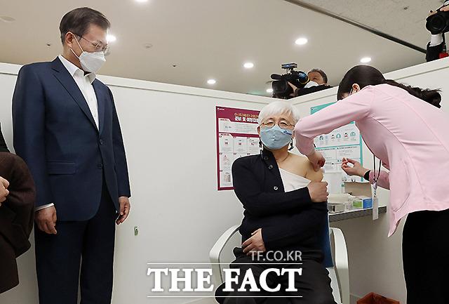 문재인 대통령이 26일 코로나19 백신 접종 참관을 위해 서울 마포구보건소를 방문해 백신 접종을 받는 김윤태 푸르메 넥슨어린이 재활병원 의사를 지켜보고 있다. /뉴시스