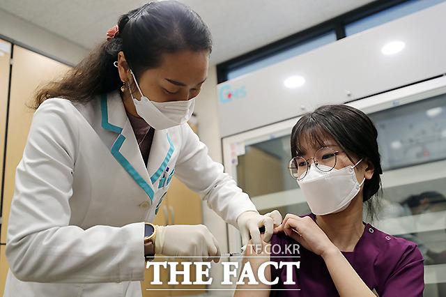 세종시 1호 코로나19 백신 접종자인 요양병원 간호사 이하현 씨가 26일 오전 세종시 조치원읍 세종보건소에서 예방접종을 받고 있다.