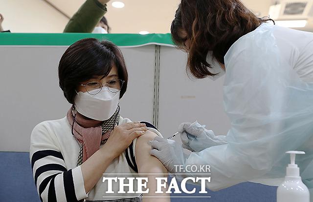 26일 오전 충남 홍성군보건소에서 도내 1호 접종자인 김미숙 홍성한국병원 간호과장이 아스트라제네카 백신을 접종받고 있다.