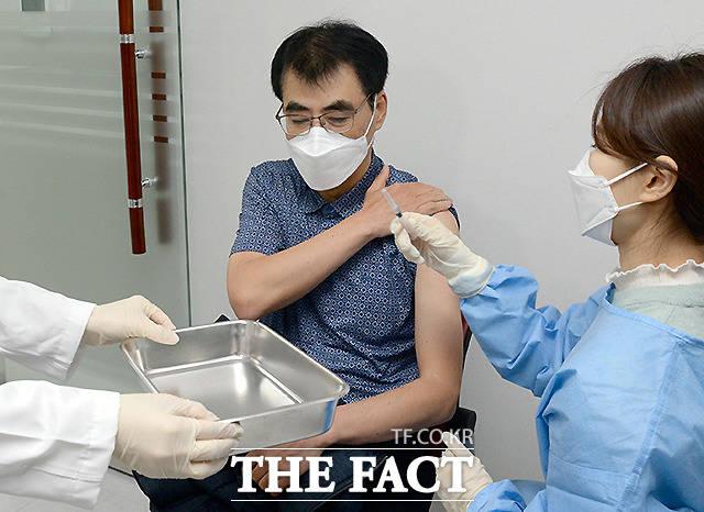 26일 오전 울산 남구 보건소에서 제1호 접종자인 이동훈 길메리요양병원 부원장이 백신 접종을 받고 있다.