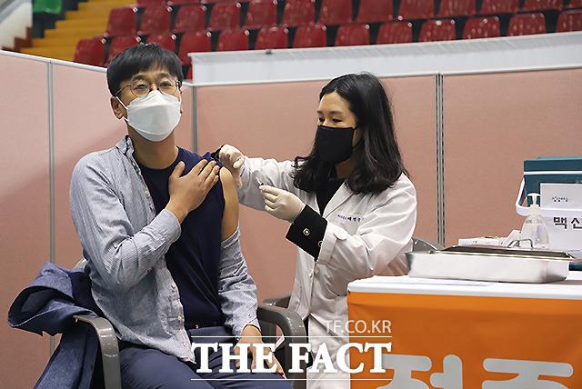 26일 오전 전남 여수시 흥국체육관에서 여수시 첫 접종자로 나선 한국요양병원 김대용 원장이 아스트라제네카(AZ) 백신을 맞고 있다.