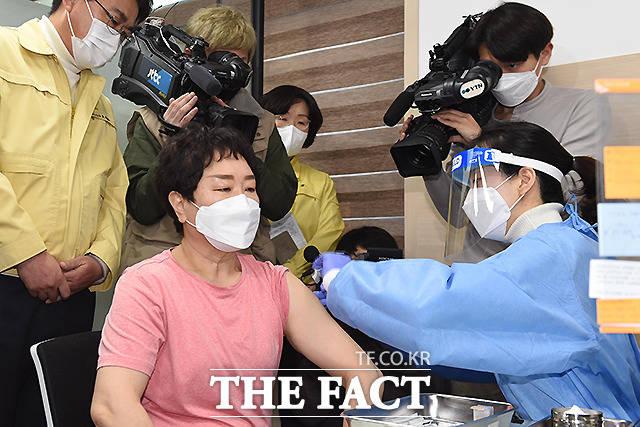 26일 오전 서울 노원구 보건소에서 1호 접종자인 이경순 요양보호사(상계요양원)가 아스트라제네카(AZ) 백신 접종을 받고 있다.