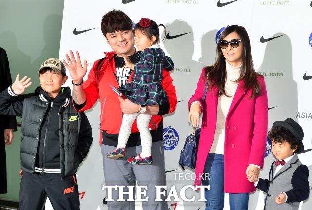 2014년 1월 15일, 미국으로 떠나는 추신수 선수가 가족들과 출국 인사를 하고 있다.