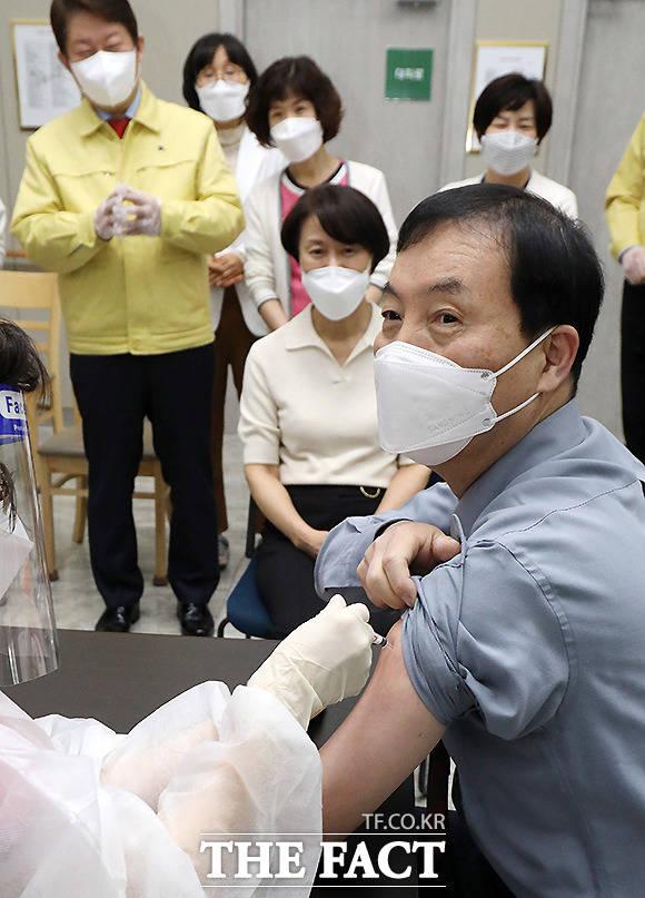 26일 오전 대구 북구 한솔요양병원에서 아스트라제네카(AZ) 백신 대구 첫 접종자인 황순구 원장이 백신을 접종하고 있다.