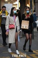 가벼운 옷차림으로 명동 걷는 시민들 [TF사진관]