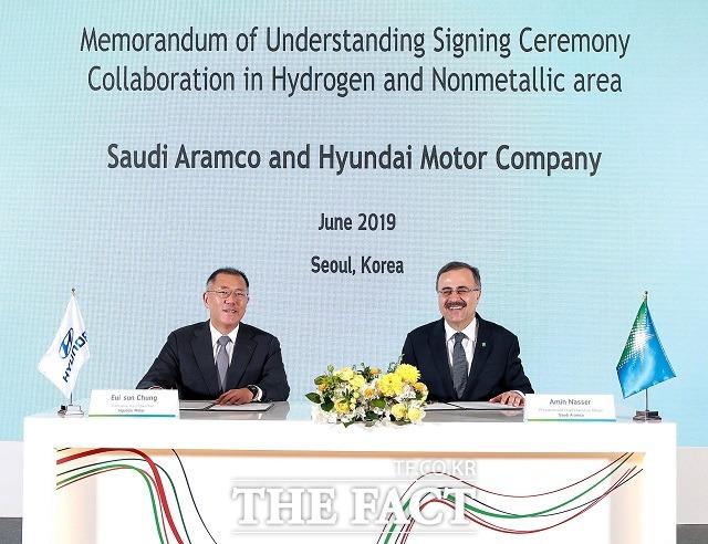 정의선 회장은 2019년 6월 사우디아라비아의 글로벌 종합 에너지 화학 기업 아람코 아민 H. 나세르 대표이사 사장과 만나 양사 간 수소에너지 및 탄소섬유 소재 개발 협력 강화를 골자로 한 MOU를 체결했다. /현대차그룹 제공