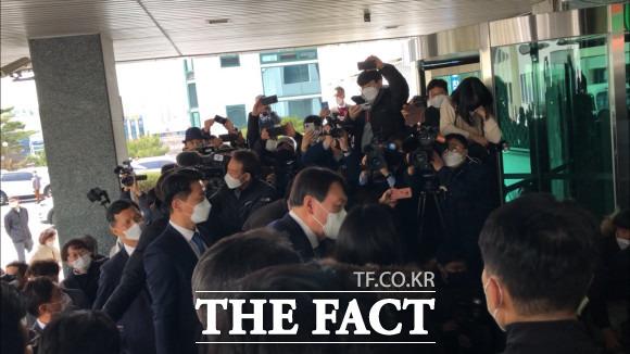 윤석열 검찰총장이 3일 대구검찰청을 방문해 기자들과 인파에 둘러싸여 질문에 답하고 있다. /대구= 박성원 기자