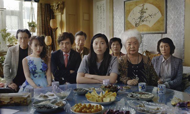 영화 페어웰(감독 룰루 왕)의 주연 배우 아콰피나(가운데)는 2020년 제77회 골든 글로브 시상식에서 한국계 배우 최초 여우주연상 수상의 영예를 안았다. /영화 스틸컷