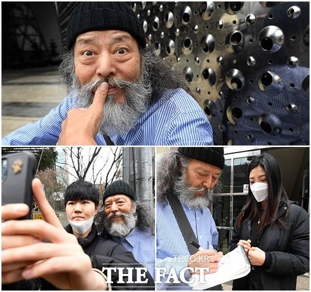 거리 화보 촬영중 만난 팬들의 요청에 셀카를 찍고 사인을 해주고 있는 김 씨.