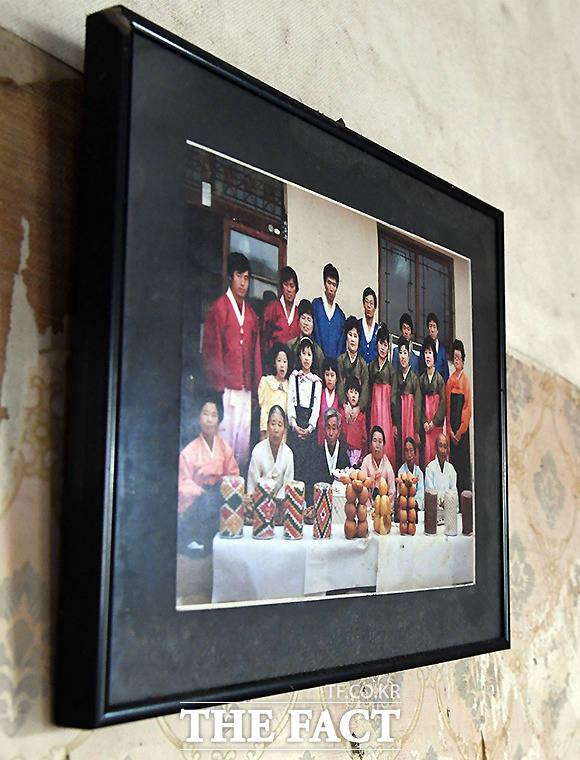 할아버지, 할머니, 손자, 손녀까지 온 가족이 곱게 한복을 차려입고 촬영한 추억이 담긴 사진은 결국 주인을 따라 떠나지 못하고 이곳에 남았다.