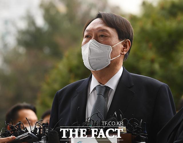 윤석열 검찰총장이 4일 오후 2시 서울 서초구 대검찰청 현관에서 사퇴 의사를 밝히고 있다./이동률 기자