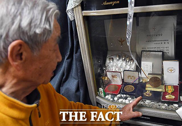 49년째 이 마릉레 거주하는 조병길 할아버지. 할아버지가 수십년 새마을운동 활동으로 받은 기념메달을 공개하고 있다.