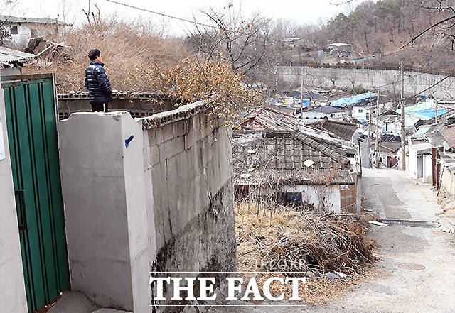 한 거주민이 마을을 내려다보고 있다.