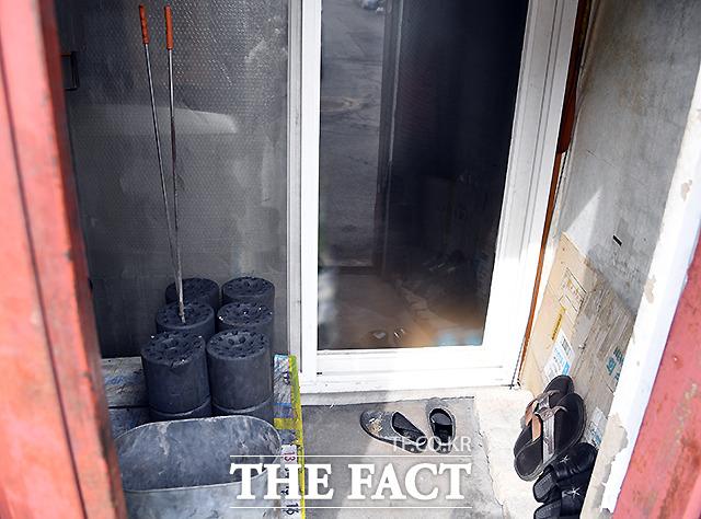 난방 취약 지역인 백사마을은 아직도 집집마다 연탄을 쓰고 있다.
