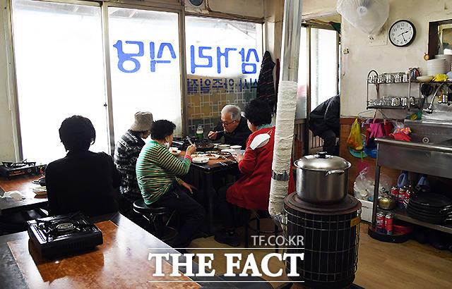 식당 인근 주민들이 모여 늦은 점심을 함께 하고 있다. 이웃 간의 정이 사라진 요즘, 오순도순 식사하는 백사마을 주민들의 모습이 정겨워 보인다.