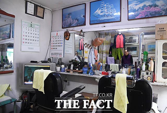 40년째 백사마을을 지키고 있는 현대이발관. 수십년의 세월을 고스란히 간직한 이발소의 내부의 모습이 정겹다.