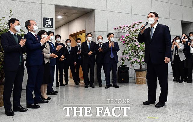 4일 사퇴한 윤석열 검찰총장이 서울 서초구 대검찰청을 나서며 직원들에게 인사를 하고 있다./이동률 기자