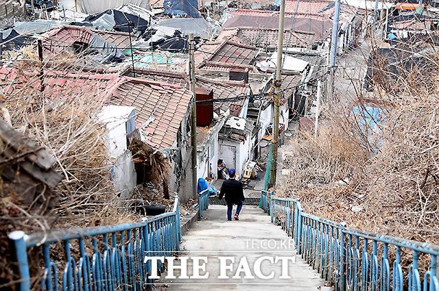 한 주민이 가파른 계단을 내려가고 있다.