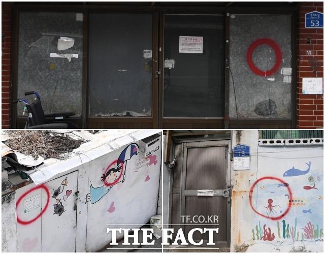 빈집에는 빨간 동그라미가 표시돼 있다. 마을을 꾸미기 위해 그려진 벽화에도 빨간 동그라미가 쳐졌다.