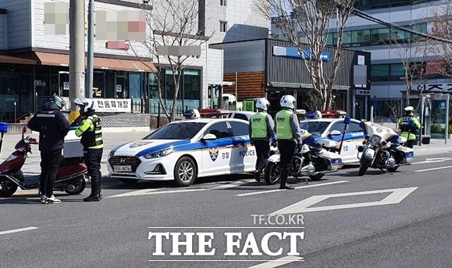 이륜차 사고가 증가하는 봄철을 맞아 포항북부경찰서는 11일 교통 싸이카를 운영해 단속 및 사고 예방 활동을 펼쳤다./포항북부경찰서 제공