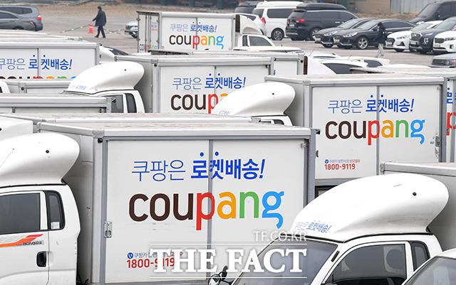 쿠팡이 뉴욕증권거래소(NYSE)에 상장해 거래를 시작한 가운데 12일 오전 서울 서초구 서초1 배송캠프 인근 주차장에 쿠팡 배송차량이 주차돼 있다. /이선화 기자