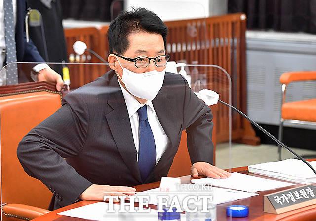 착석하는 박지원 국정원장