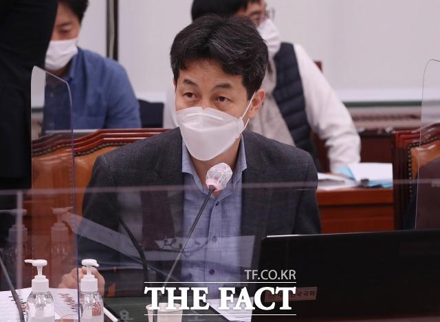 윤건영 더불어민주당 의원이 15일 MBC 라디오 김종배의 시선집중과 인터뷰에서 국민의힘이 문재인 대통령 사저 부지를 두고 각종 의혹을 제기하는 것에 대해 정치 공세라고 했다. /이새롬 기자