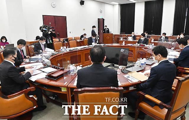 이날 박 국정원장은 이명박 정부 당시 국정원 불법사찰 의혹과 관련한 자체 진상조사 계획을 보고했다.