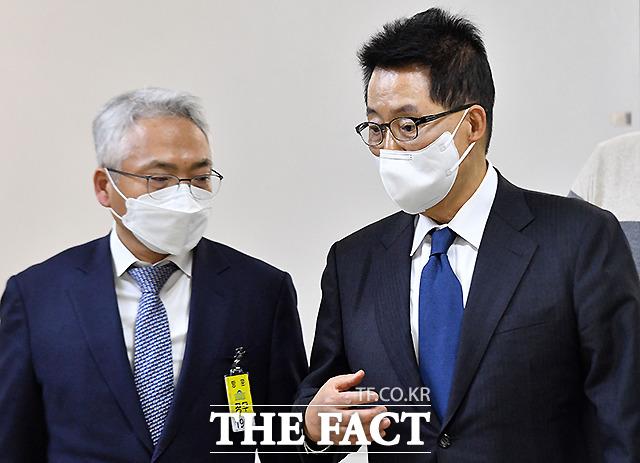 박선원 기획조정실장(왼쪽)과 대화 나누는 박지원 국가정보원장.