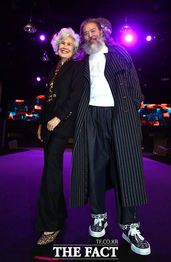 시니어 모델 최순화(78·왼쪽)와 김칠두(67)가 16일 오후 서울 강남의 한 호텔에서 열린 더쇼프로젝트 정기 패션쇼 무대에서 포즈를 취하고 있다. /임영무 기자