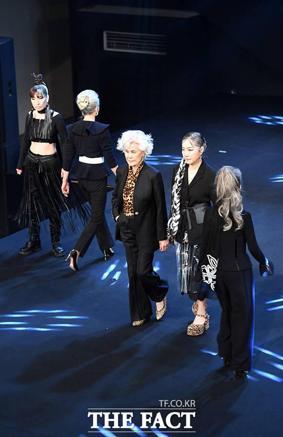 모델 최순화(가운데)와 동료 모델지망생들이 16일 오후 서울 강남의 한 호텔에서 열린 더쇼프로젝트 정기 패션쇼에서 런웨이를 걷고 있다.