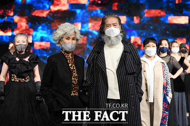 모델 최순화와 김칠두가 동기생들과 함께 16일 강남의 한 호텔에서 열린 더쇼프로젝트 정기 패션쇼에서 리허설을 갖고 있다.