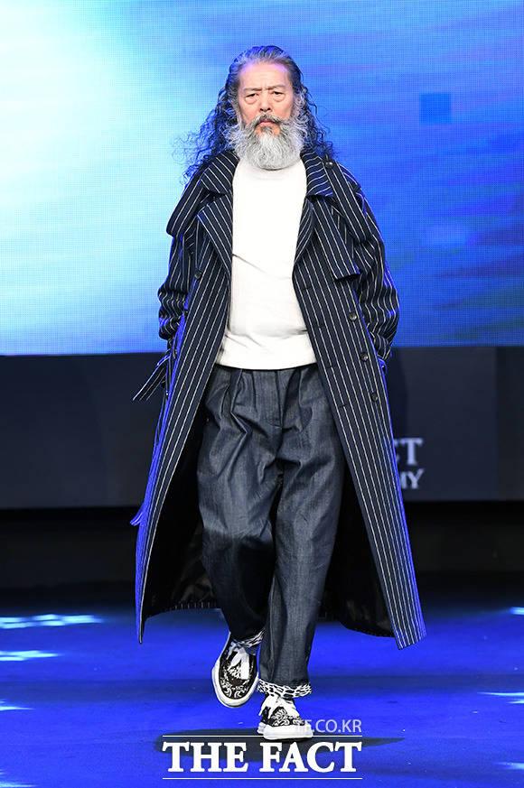 패션쇼 무대에 오르면 눈빛부터 다르다. 김칠두가 60대 카리스마를 내 뿜으며 런웨이를 걷고 있다.