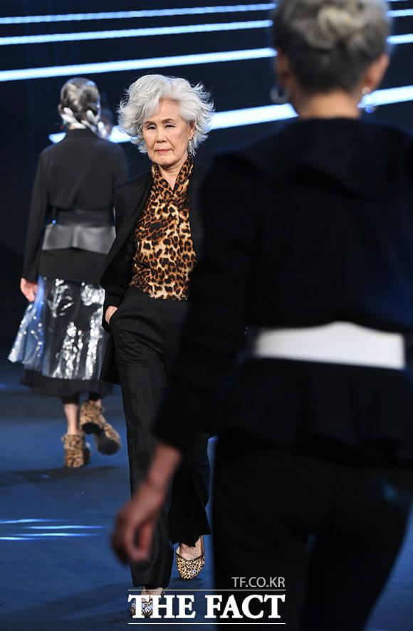 모델 최순화가 16일 서울 강남의 한 호텔에서 열린 더쇼프로젝트 수표식 패션쇼에서 런웨이를 걷고 있다.