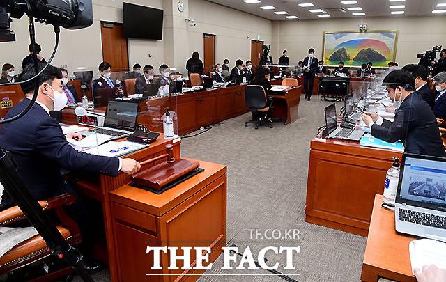 17일 서울 여의도 국회에서 열린 정무위원회 전체회의에서 윤관석 위원장이 이해충돌방지법에 대한 공청회 개의를 알리고 있다.
