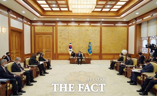 문재인 대통령이 18일 오후 청와대에서 미국 토니 블링컨 국무 장관과 로이드 오스틴 국방 장관을 접견하고 있다. /뉴시스