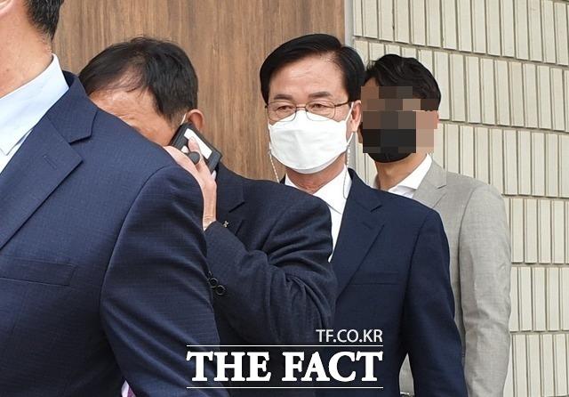 공직선거법 위반 혐의로 기소된 국민의힘 최춘식 의원(포천.가평)이 18일 오후 첫 재판에 출석하기 위해 의정부지법으로 들어서고 있다. /의정부=김성훈 기자