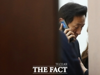 '단일화 결렬' 누군가와 통화하는 오세훈 [TF사진관]