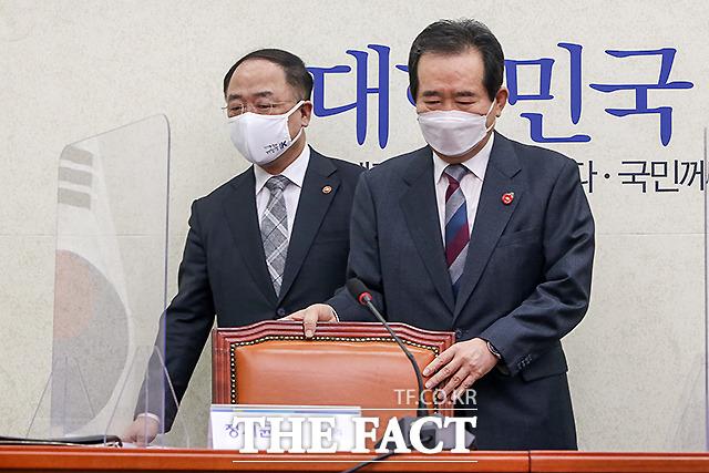 회의에 들어서는 정세균 국무총리(오른쪽)와 홍남기 경제부총리 겸 기획재정부 장관