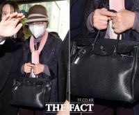 법원 출석한 윤석열 장모 손엔…돈 있어도 못 사는 '에르메스백'?