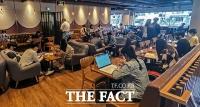 카페 이용하는 많은 시민들 [포토]